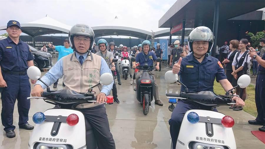 台南市長黃偉哲(左)與台南市警局長詹永茂(右)率領新成軍的電動騎警隊繞行九份子重劃區。(程炳璋攝)