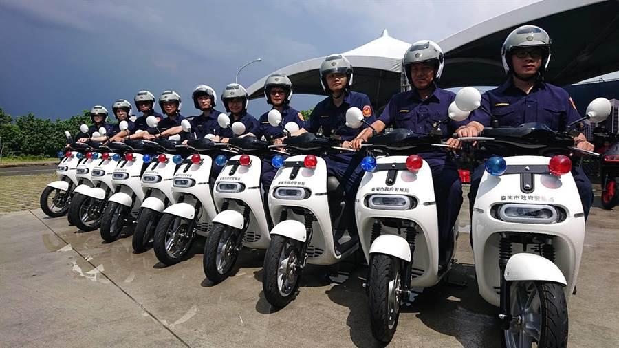 企業捐贈10輛電動機車,台南市成立電動騎警隊。(程炳璋攝)