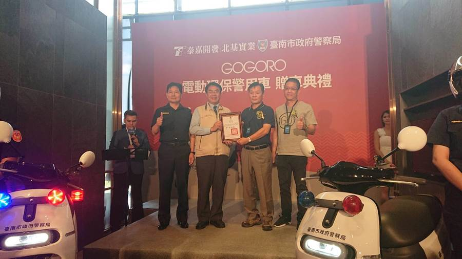 台南市長黃偉哲頒發感謝狀,感謝企業捐贈電動機車。(程炳璋攝)