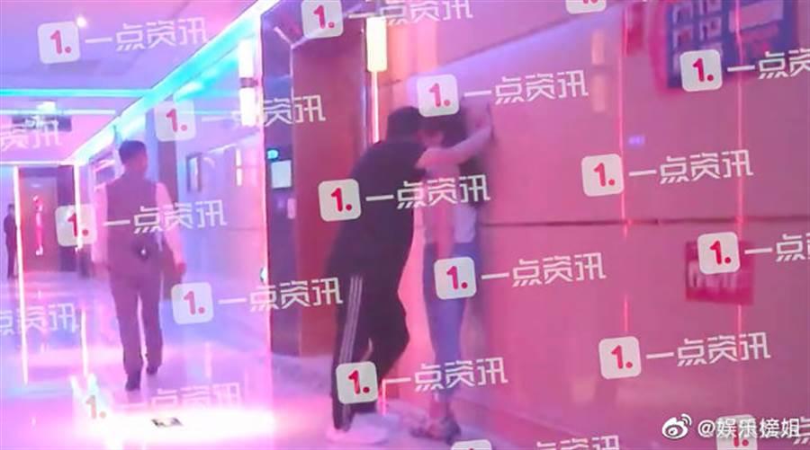 王岳倫昨晚被直擊與神祕辣妹舉止親密。(取自微博)