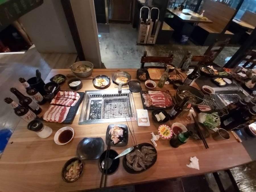 客人吃飽,桌上許多食物卻根本沒動過(圖片取自/爆廢公社)