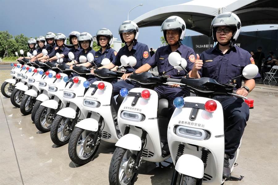泰嘉開發‧北基實業捐贈台南市警察局10輛GOGORO電動警用巡邏機車。(市府提供/洪榮志台南傳真)