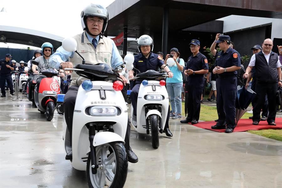捐贈儀式結束後,台南市長黃偉哲偕同來賓、員警騎電動機車,繞行九份子大道1圈。(市府提供/洪榮志台南傳真)