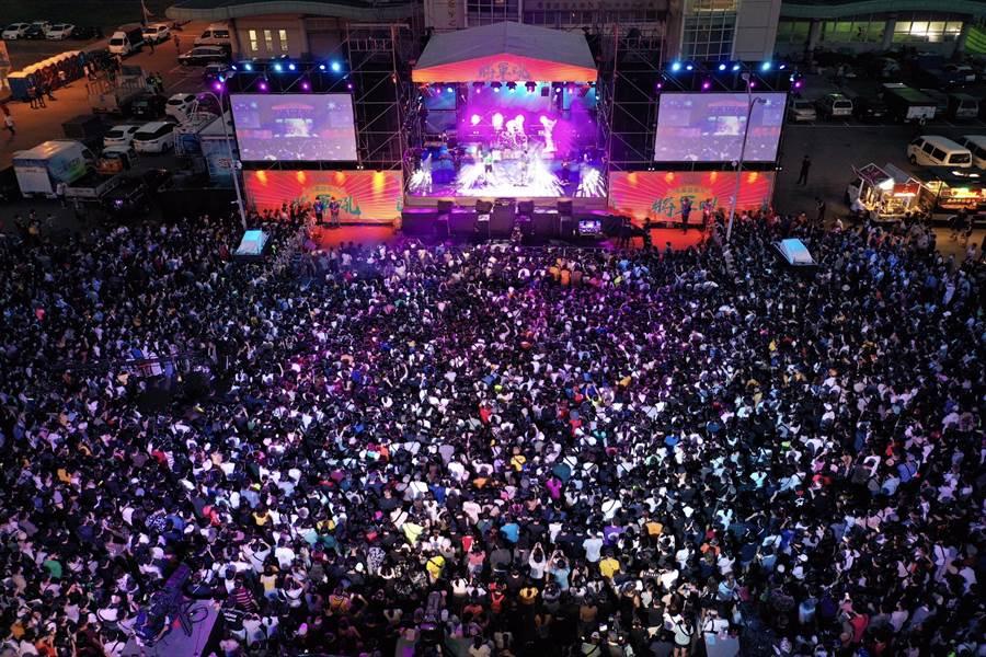 台南夏日音樂節「將軍吼」開唱,現場湧入破萬民眾。(大雄空拍提供/莊曜聰台南傳真)