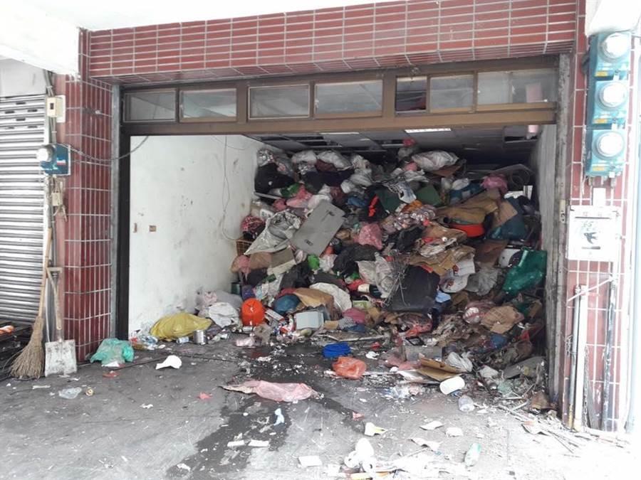 6旬獨居婦垃圾滿到天花板。(黃婉如提供/蔡依珍桃園傳真)