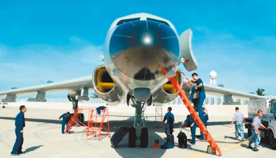 大陸網上照片顯示,解放軍首度部署轟-6J轟炸機到南海北方的永興島。(摘自微博)