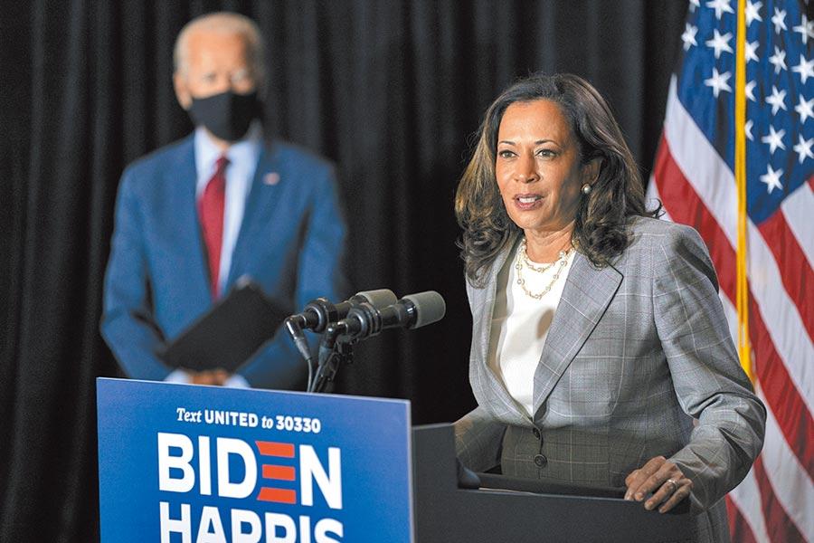美國民主黨總統候選人拜登的副手搭檔賀錦麗(右),被人質疑出生時父母非美國公民,不具備角逐副總統的資格。(美聯社)