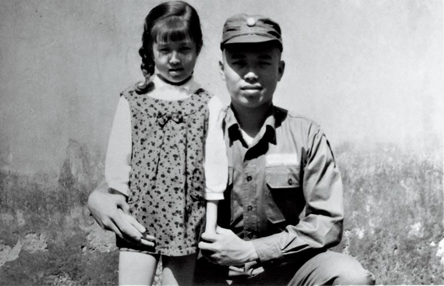 羅霈穎六歲時與大哥合影。(羅青提供)