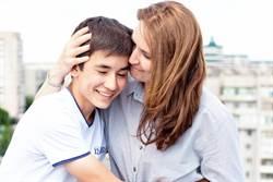 超級媽寶 準男大生曝戀母情結「想帶媽同住宿舍」網:真是夠了