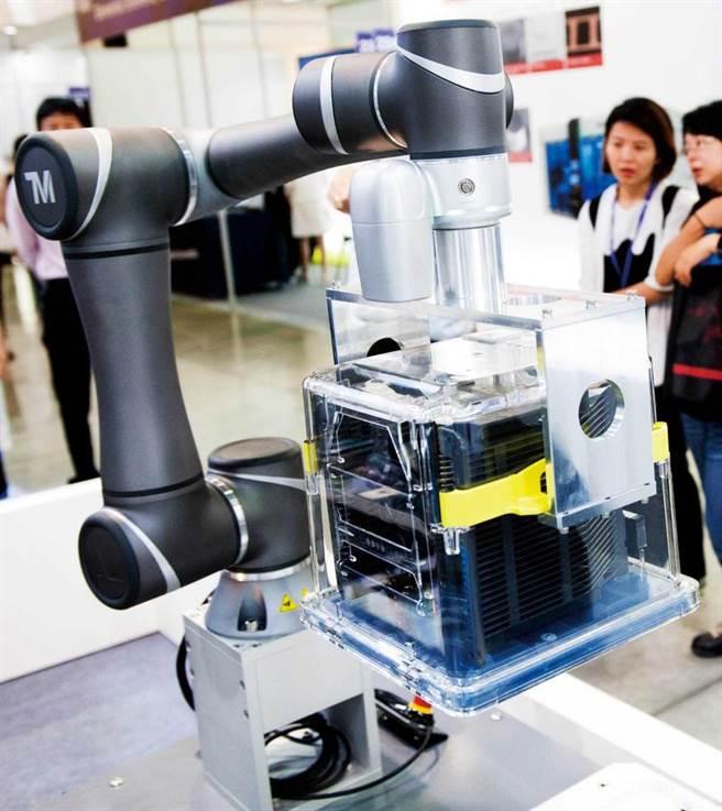 隨著台積電先進製程訂單滿手,供應極紫外光微影技術(EUV)光罩盒的「家登」,也帶動營收成長。圖為家登在半導體展秀出機器人。(圖/報系資料照)