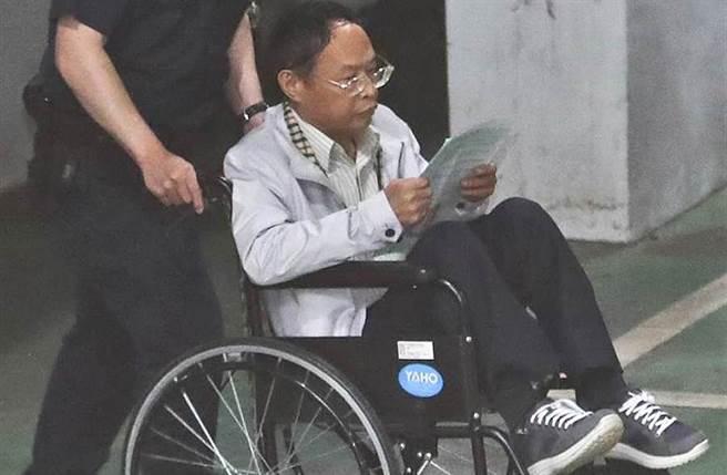 中華中正黨榮譽主席「少龍」徐浩城(右),被控詐財又性侵女信徒,坐著輪椅上囚車。(中時資料照 劉宗龍攝)