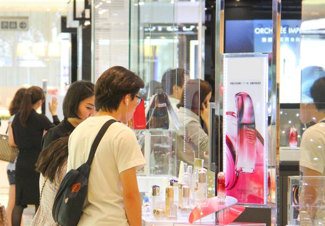 姊妹們攻占購物節!台中購物節聰明消費小資女最愛出爐。(台中市府提供/盧金足台中傳真)