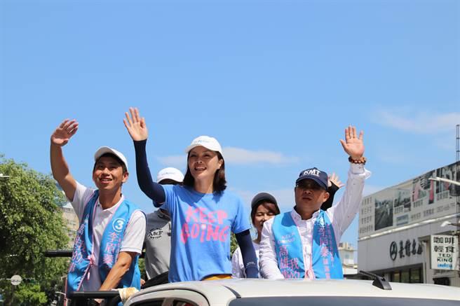 國民黨高市議員李眉蓁參選高雄市長失利,16日上午進行車隊掃街謝票,感謝這段時間支持他的好朋友。(洪浩軒攝)