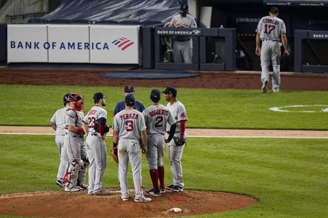 紅襪先發投手艾沃迪(右)被換下場。(美聯社)