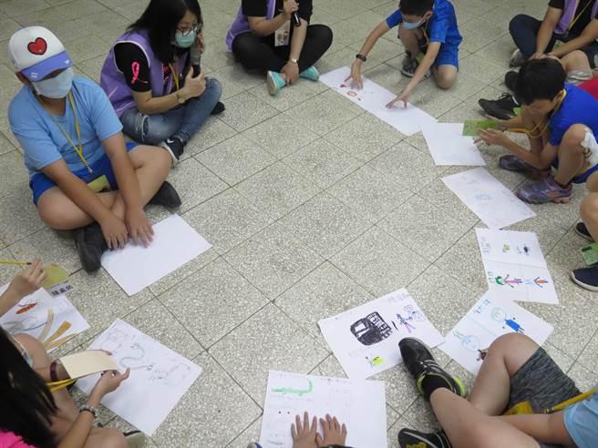 癌症希望基金會社工透過情境遊戲和藝術創作引導孩子學習與情緒相伴。(癌症希望基金會提供)