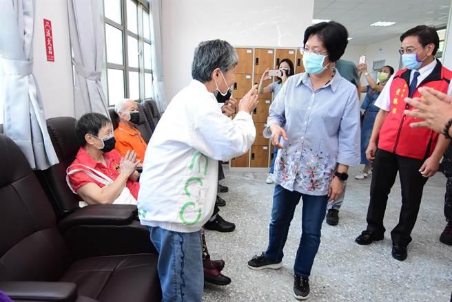彰化縣長王惠美(右)參觀日照中心內部空間規畫,與長者們寒暄話家常。(謝瓊雲攝)