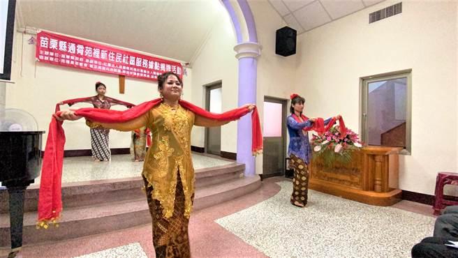 苗栗縣通霄、苑裡新住民社區服務據點16日揭牌啟用,新住民朋友表演傳統舞蹈。(巫靜婷攝)