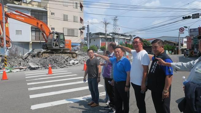 縣議員曹嘉豪(左)、員林市長游振雄(右3)和麗明營造董事長吳春山(右2)等人,得知所有權人主動雇工自行拆除地上物,專程到現場關心。(謝瓊雲攝)