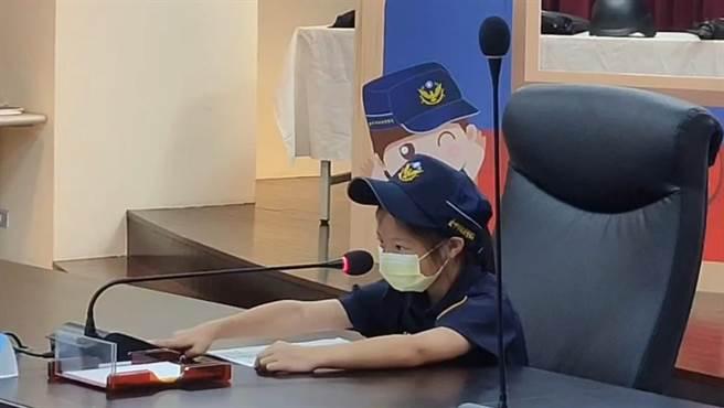 台中市警察局16日舉行偏遠地區的兒童體驗「1日小小分局長」活動,20位「小分局長」主持局務會議、架式十足,拍「警長網紅照」,簡直嗨翻。(台中市警察局提供/張妍溱台中傳真)