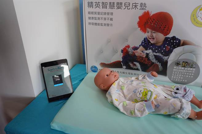 集團研發的智慧床墊,可隨時感測兒童呼吸狀況,若呼吸中止超過15秒就會發出警報。(許哲瑗攝)
