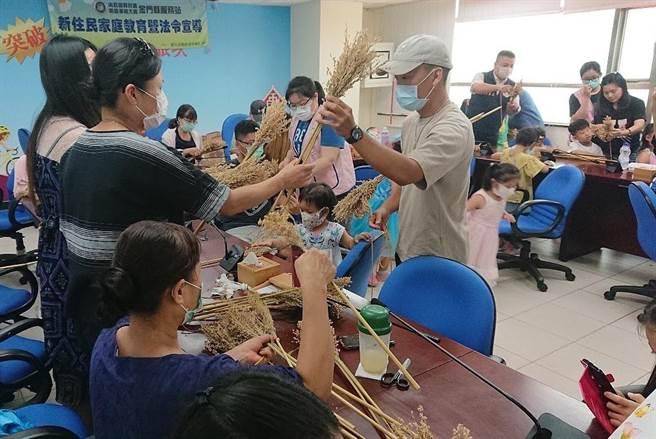 金門縣服務站舉辦高粱掃帚親子DIY活動,劉奕宏老師現場指導學員紮綁技巧。(移民署提供)