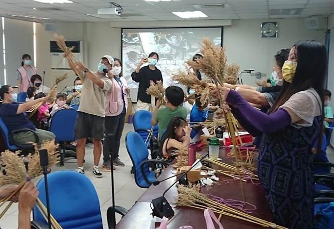 金門縣服務站舉辦「綁蘆黍、做掃帚」親子DIY活動,邀請新住民家庭體驗有古早味的手工技藝,上一堂很不一樣的研習課程。(移民署提供)