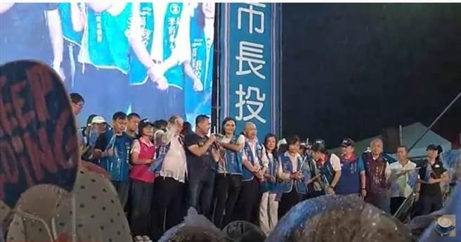 YouTuber近距離拍攝韓國瑜,有網友甚至激動表示,看到國民黨全體人員都在台上淋雨,看了好感動!(翻攝「內門起義」YouTube)