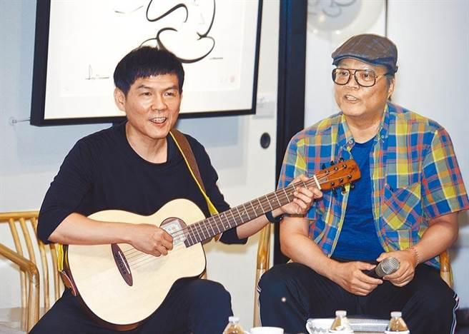 漫畫家蕭言中(右)獲得第11屆金漫獎特別貢獻獎,多才多藝的他嘗試將創作轉為動畫形式,更邀來China Blue鍵盤手余紀墉(大貓)(左)負責配樂,兩人一同暢談動畫創作背後故事。(張鎧乙攝