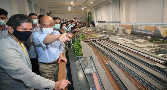 行政院院長蘇貞昌(右)參訪台博館鐵道部園區,經媒體提問認為誰是「台灣鐵道之父」,他表示,只要是對台灣有貢獻的人他都保持高度敬意與感謝,對於誰被封什麼父什麼母,一向並不注重。(鄭任南攝)
