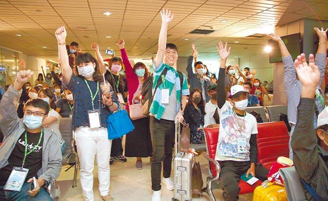 長榮航空第二班「類出國」航班,昨日滿載著旅客的出國夢想歡樂起飛,特別舉辦有獎徵答,旅客高聲歡呼舉手搶答。(長榮航空提供)