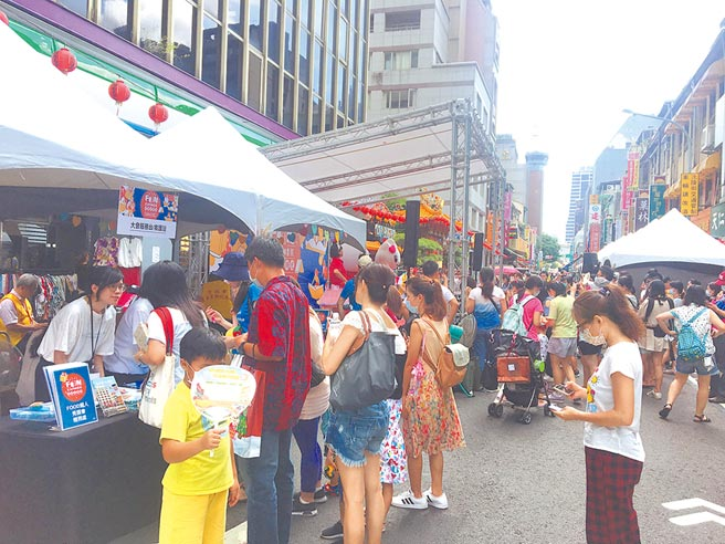 台北市重南書街促進會15日舉辦「封街悅讀趴」活動,現場吸引不少親子共同參與。(賴彥竹攝)