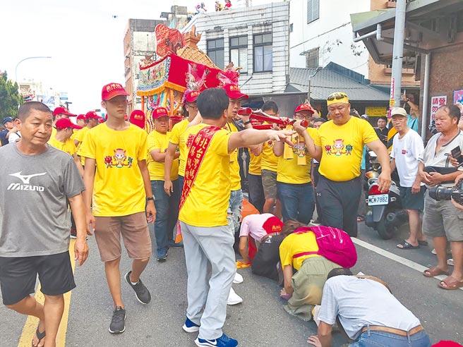 宜蘭縣去年主辦「2019北台灣媽祖文化節」,許多虔誠的信眾在媽祖繞境時紛紛跪趴在地上等待「鑽轎底」。(本報資料照)