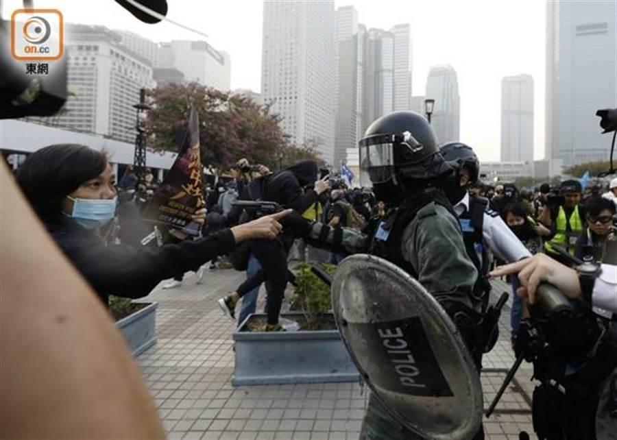 圖為香港日前反送中風波,港警向示威者舉槍(東網)