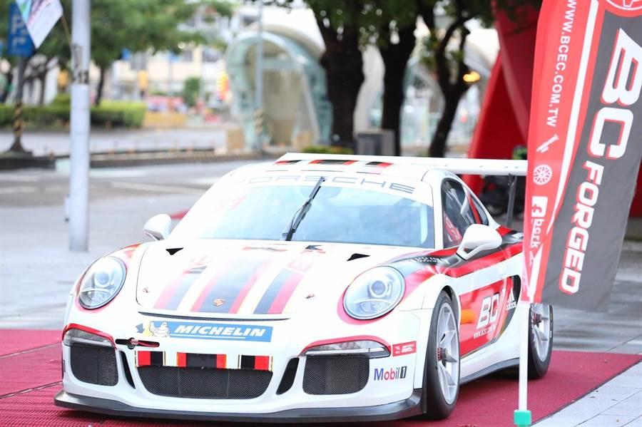 首屆BC台灣柏釧公益路跑在台中!Porsche跑車帥氣前導。(台中市府提供/盧金足台中傳真)