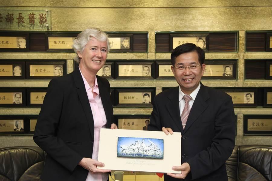 教育部長潘文忠致贈英國在台辦事處代表唐凱琳台灣黑面琵鷺陶瓷板紀念品。(教育部提供/林志成台北傳真)
