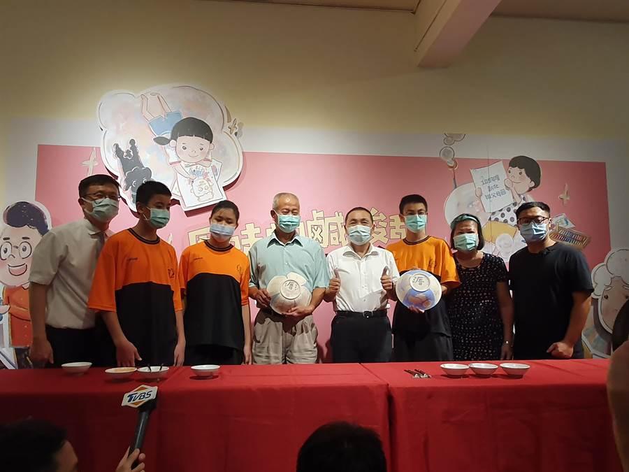 新北市教育局16日舉辦祖父母節學生作品展覽開幕式,市長侯友宜(右四)參觀學生作品。(葉書宏攝)