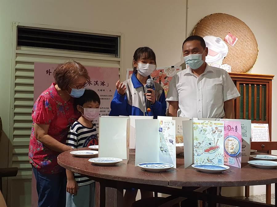 新北市教育局16日舉辦祖父母節學生作品展覽開幕式,市長侯友宜(右一)參觀學生作品。(葉書宏攝)