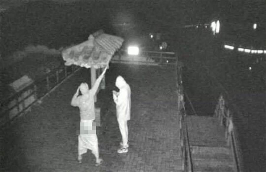 網友發出合歡山上的露屁照,照片中男子恐觸法。(爆怨公社/蘇育宣翻攝)