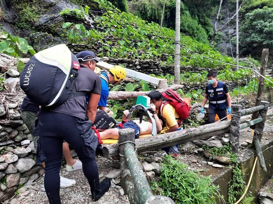 16歲黃姓少年16日到屏東縣霧台神山瀑布戲水,卻不幸溺水,被救起時已無生命徵象,所幸經CPR後送醫急救後又恢復生命徵象。(翻攝畫面/潘建志屏東傳真)