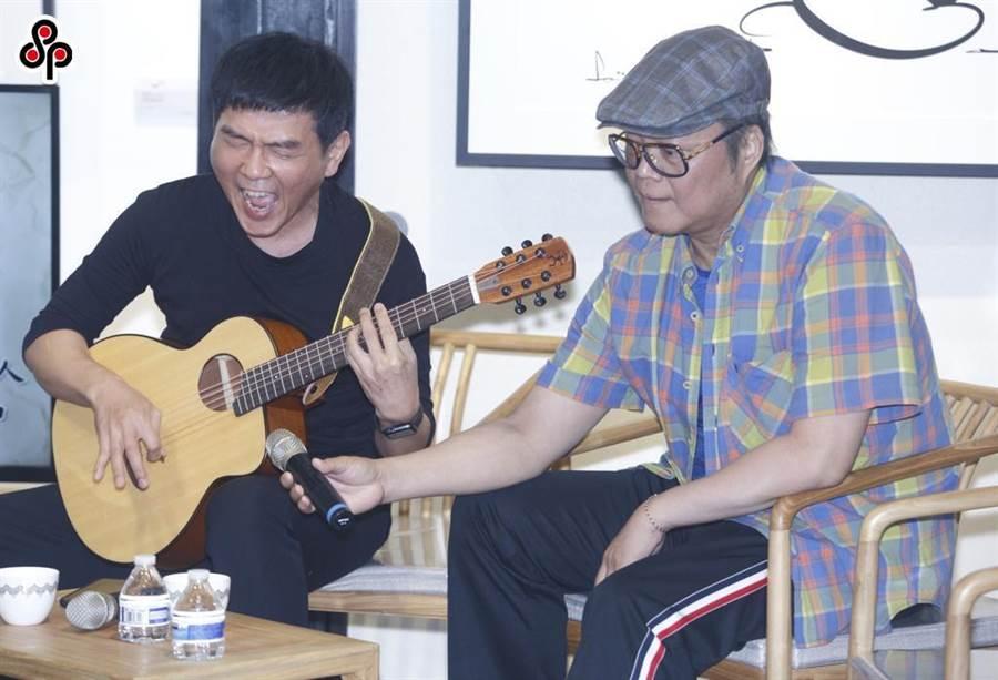 漫畫家蕭言中嘗試跨域,將畫作轉為動畫,並邀來China Blue鍵盤手大貓負責配樂。(張鎧乙攝)