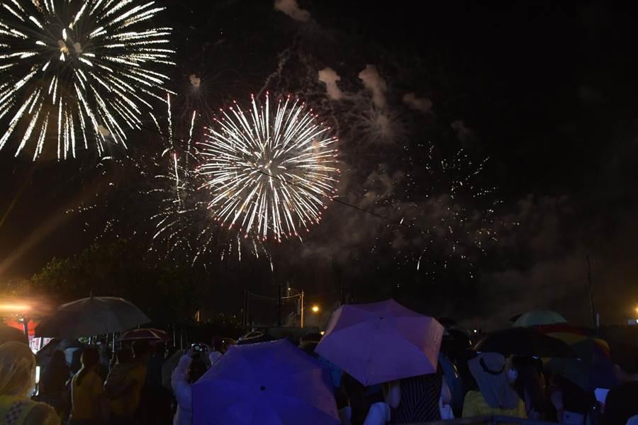 連續舉辦16年的王功漁火節,今年共計吸引34萬次人潮,夜晚的高空煙火秀和海洋音樂會活動,讓各地來的遊客嗨翻小漁港。(謝瓊雲攝)