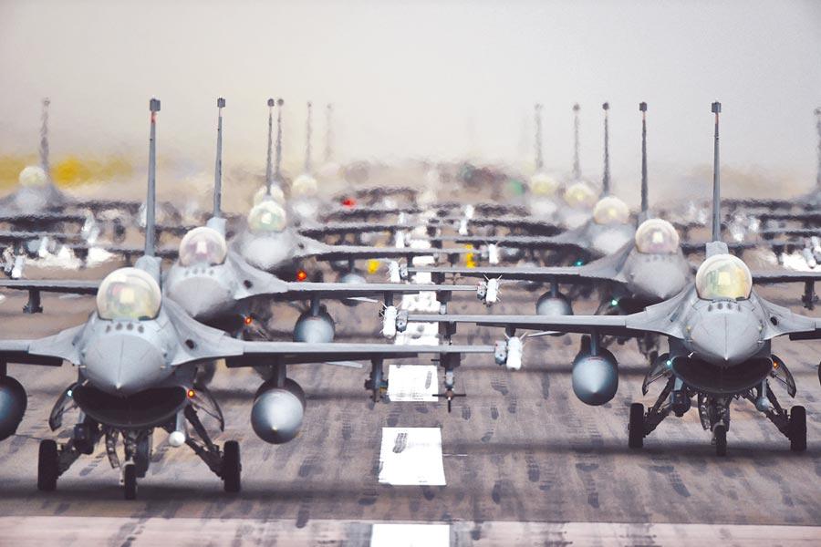 美國防部14日公布軍售合約,包含美國武器製造商洛克希德馬丁的90架F-16戰機。圖為第52戰鬥機聯隊的F-16戰鬥機在空軍基地展示兵力。(摘自美國空軍官網)