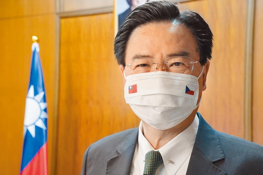 外交部長吳釗燮展示我為捷克代表團所特製,繡有中華民國及捷克國旗的MIT口罩。(外交部提供)