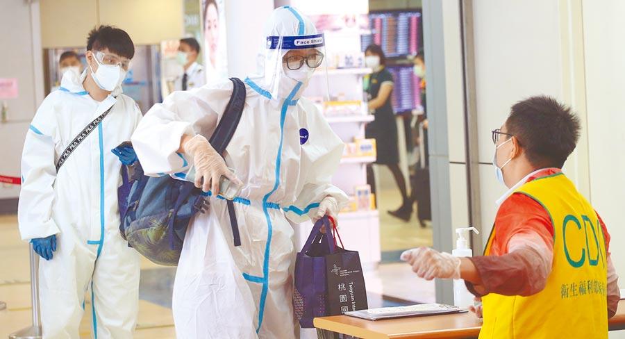 國內昨新增1名新冠肺炎境外移入個案,個案為一名20多歲女性,去年8月因公外派菲律賓,日前返台後於機場採檢確診新冠肺炎,成為國內第482名確診案例。圖為入境旅客查驗健康聲明書。(本報資料照片)