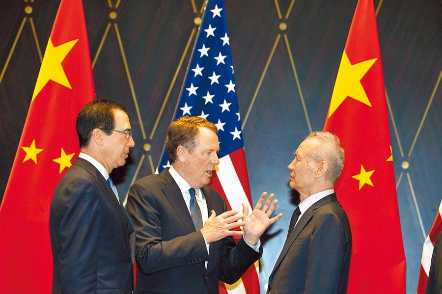 美國財長穆努欽(左)、貿易代表萊海澤(中)和劉鶴(右)去年7月在上海會面。3人原訂15日視訊會談檢討貿易協議,但因正舉行北戴河會議,決定延期。(美聯社)