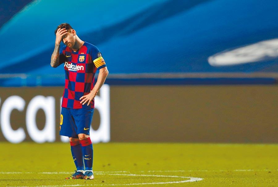 巴塞隆納在歐冠8強2比8慘敗給拜仁慕尼黑,隊長梅西一臉茫然。(路透)