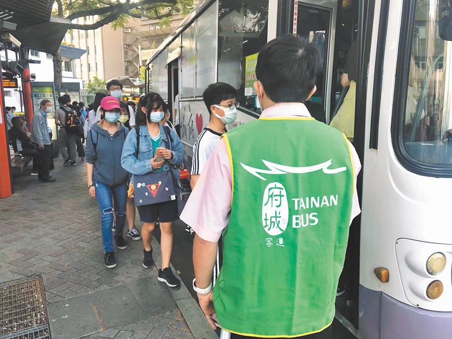 台南市重新升級防疫措施,17日起全面要求搭乘大台南公車的乘客須全程戴口罩,否則將開罰。(台南市交通局提供/洪榮志台南傳真)