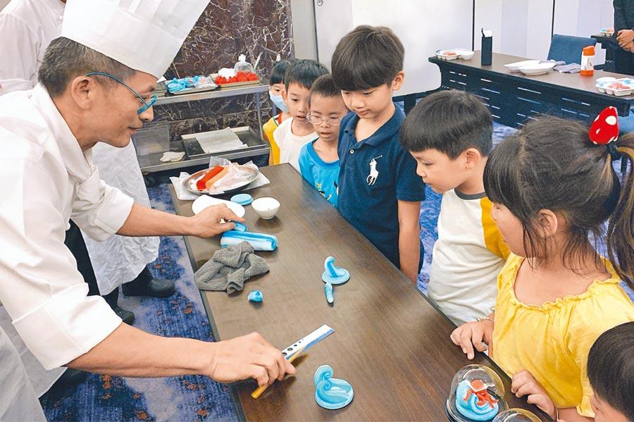 台北喜來登大飯店「寶貝夏令營」親子住房的鹽雕課程。(台北喜來登大飯店提供)