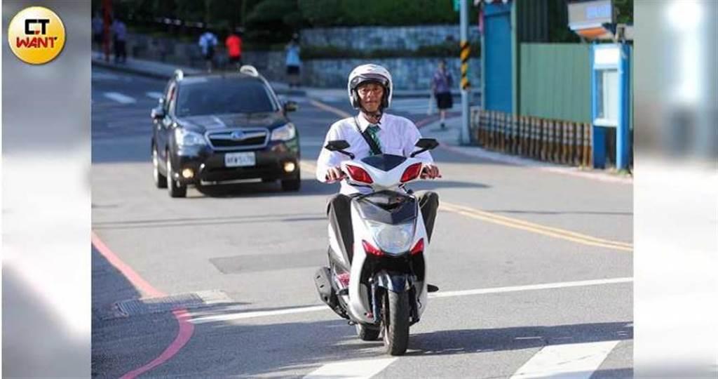 即便頂著烈日,何紀賢仍每天騎車穿梭淡水大街小巷,拚成年銷售額2億的金牌業務。(圖/張文玠攝)