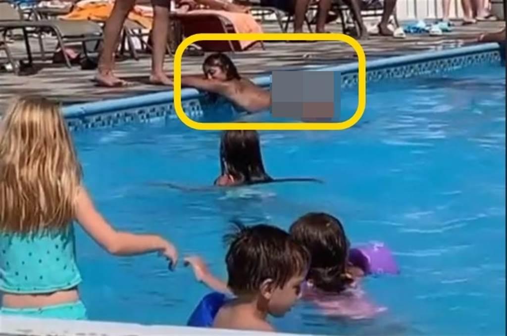 美國的1處親子游泳池,驚見1位比基尼翹臀妹在池內,明目張膽的擺出男女性愛經典姿勢的其中1式「狗爬式體位」,讓不少家長罵翻了。(取自抖音平台畫面)